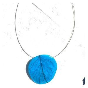 Statement necklace leaf print